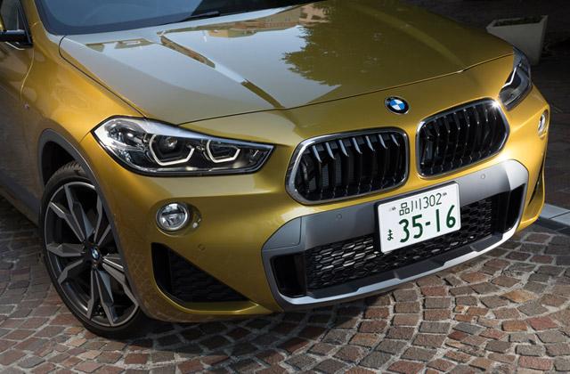 伝統のキドニーグリルと大型エアインテークが目を引くフロントまわり。BMWの「Xモデル」らしい表情を見せる。
