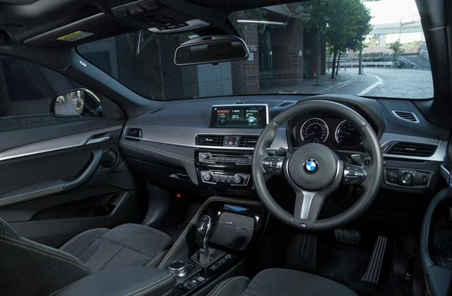 ドライバーを中心にデザインされたインテリア。イエローのアクセントカラーが気分を盛り上げる。