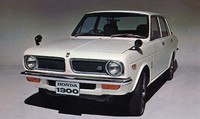 4キャブエンジンを積んだ高性能版の「99シリーズ」はヘッドランプが円形となる。これはなかでももっともスポーティに装った「99S」で、価格は68万円。