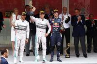 メルセデスのニコ・ロズベルグ(中央)が開幕戦に次ぐ今季2勝目をマーク。モナコでは2年連続のポール・トゥ・ウィンを達成した。2位はルイス・ハミルトン(左)でメルセデスは5戦連続の1-2フィニッシュ。3位には前戦スペインGPと同じ、レッドブルのダニエル・リカルド(右)が入った。(Photo=Mercedes)
