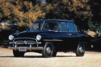 1955年に誕生した初代「トヨペット・クラウン」(RS型)。観音開きドアを持つボディーは全長4285mm、全幅1680mm、全高1525mmと高さを除けば現行「カローラ・アクシオ」よりもコンパクト。エンジンは直4OHV1453cc、最高出力は48psだった。価格は101万4860円。