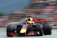 チームの名を冠したサーキットで、レッドブルはメルセデス、フェラーリに後れをとった。オランダから応援団が大挙してやってきたマックス・フェルスタッペンは、5番グリッドからスタートの混乱に巻き込まれリタイアを喫するも、前戦アゼルバイジャンGPで今季初優勝をあげたリカルド(写真)は、4番グリッドからスタートで3位に上昇。終盤はハミルトンの猛攻にあうもなんとかそのポジションを守り切った。これで5戦連続の表彰台となる。(Photo=Red Bull Racing)