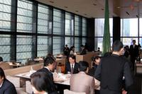 シャネル銀座ビルディングの10階に位置する「ベージュ アラン・デュカス東京」の店内。