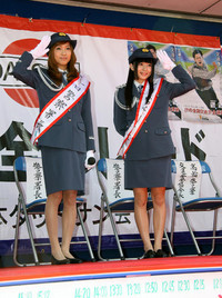 一日署長の大島麻衣さん(左)と一日副署長の小花さん(右)。婦警の制服をまとい、お約束の敬礼ポーズ。誰だ、「逮捕されたい」なんて言ってるのは?
