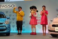 発表会の会場には、タレントの天野ひろゆきさん(写真左)や、CMのイメージキャラクターを務める女優 水川あさみさん(写真右)の姿も。