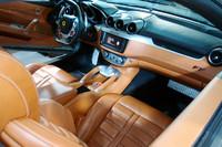 運転席まわりの様子。日本仕様車のハンドル位置は、左右どちらも選べる。