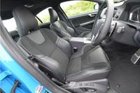 フロントシートには、人間工学に基づいてデザインされ、ホールド性に優れたスポーツシートを採用。