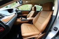 テスト車「バージョンL」のシート。表皮には、高級な品質で知られるセミアニリンレザーがおごられる。