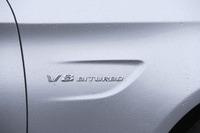 フロントフェンダー部に添えられる「BITURBO」(=ツインターボ)のエンブレム。