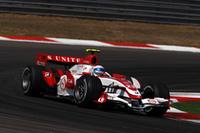 予選11位――いまのスーパーアグリにとってはポールポジションに匹敵するだろう好位置につけたアンソニー・デイヴィッドソン。しかしオープニングラップ、トヨタのヤルノ・トゥルーリのスピンを避けるために順位を落とし、期待のかかったレースを14位で終えた。 予選17位と苦戦した佐藤琢磨も、スタートの混乱に巻き込まれた。以後「ほとんど何も起こらなかった」とコメントするほど動きがなく、18位でフィニッシュした。(写真=Honda)