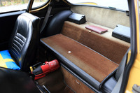 後席スペースは、背もたれを倒すと写真のように荷室としても使えるようになっていた。