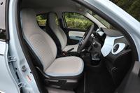 ヘッドレスト一体型のフロントシート。縁にはインテリアトーンに合わせたパイピングが施されている。