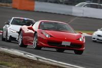 ニコル・グループではBMWアルピナのほかにもさまざまなブランドを取り扱っている。写真はサーキットを走る「フェラーリ458イタリア」。