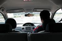 車椅子からの視線。ドライバーとルームミラーで目が合う。