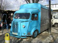 「シトロエンHトラック」。クリニャンクールの市場にて2004年撮影。この時点ですでに、一帯に1台という少なさであった。