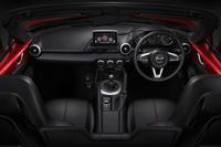 6段MT車のインテリア。「S」を除く全グレードに、インフォテインメントシステム「Mazda Connect(マツダコネクト)」が標準で装備される。