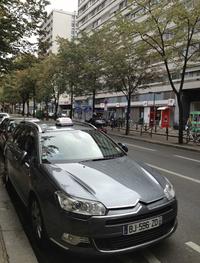 パリ15区にて。「シトロエンC5」のタクシー。