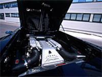 5992ccの排気量をもつV12気筒エンジンは、550ps/7100rpmの最高出力、63.2kgm/5500rpmの最大トルクを発生する。