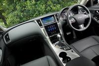 「スカイライン200GT-t」のインパネまわり。エアコンとオーディオはボタン式、カーナビなどはタッチパネル式と、機能によって操作インターフェイスが使い分けられている。