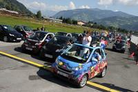 「スマートタイムズ2010」のパレード。先頭のサンゴ礁プリントはクロアチアのザグレブから来たミリアナ&トミスラフ夫妻。