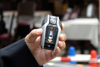 「リモート・パーキング」の操作に用いる「BMWディスプレイ・キー」。画面上の矢印をタッチすることで、車両の前進、後退を操作する。
