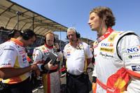 ネルソン・ピケJr.を更迭したルノーは、テストドライバーだったロマン・グロジャン(写真右)をデビューさせた。スイスとフランスの二重国籍をもつ23歳で、フォーミュラ・ルノーやF3、GP2などに参戦してきた。厳しいテスト制限があるなかで、初戦は予選14位、決勝15位と、10年ぶりのルカ・バドエルより優れた戦績を残した。母国で活躍したいフェルナンド・アロンソは、8番グリッドから6位入賞。チャンピオンをもってしても上位が狙えない、これがルノーでの現実である。 (写真=Renault)