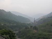上流から足尾精錬所の廃墟をのぞむ。ここから北(写真手前)に向かってまかれた硫黄酸化物を含んだ大量の有毒ガスが草木を死滅させ、村は消滅した。