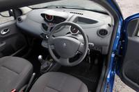 ベースモデル「トゥインゴGT」との違いが全くといっていいほどわからない、「トゥインゴ クープ・デ・ザルプ」のインテリア。ただし、運転席のみ、着座位置が20mm低くなっている。