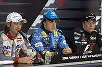 表彰台にのぼった3人、記者会見に臨む――ウィナーのアロンソ(中央)、2位ヤルノ・トゥルーリ(左)、そして3位キミ・ライコネン(右)(写真=ルノー)