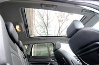 今回のテスト車「タイタニアム」には、写真の特大ガラスサンルーフや本革シートが標準で備わる。
