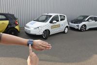 モバイル機器をリモコンとして使用して、車外からの遠隔操作で駐車させることができる(画像は操作イメージ)。