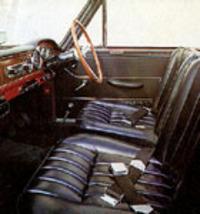 スパイダーにはバケットシートやタコメーターなどが標準装備されていた。
