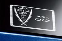 リアクォーターガラスに添えられる、「日本カー・オブ・ザ・イヤー受賞記念ステッカー」。