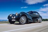 「ブガッティ・タイプ57SCアトランティック」 ブガッティが1930年代に製造していた高級車が「タイプ57」。ローダウンされたシャシーにスーパーチャージャー付きのハイパワーエンジンを搭載したモデルが「タイプ57SC」である。アトランティックはエットーレ・ブガッティの息子ジャンがデザインしたモデルで、プロトタイプにマグネシウム合金が使われたために溶接ができず、リベット留めを採用したことで特異な造形になった。