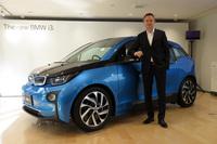 BMWジャパン代表取締役社長のペーター・クロンシュナーブル氏と、「BMW i3」。