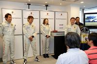 インストラクターは、右から清水和夫さん、佐藤久美さん、織戸学さん、脇阪薫一さん。