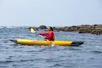 「今日は波が高いですね」と言いながら、ぐいぐいと沖へと漕ぎ出していく田中ケンさん。ちなみに、お気に入りのスポットは、和田長浜の北に位置する佃嵐崎(つくだらさき)の近くの岩礁とのこと。