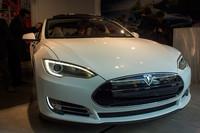 テスラ、新型EV「モデルS」を日本初公開