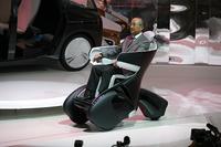 トヨタ自動車の渡辺社長と「i-REAL」 (写真=トヨタ自動車)