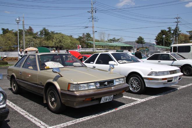 1981年「トヨタ・ソアラ2800GT エクストラ」(左)&1986年「ソアラ2000GTツインターボ」(右)。初代&2代目ソアラのそろい踏みで、どちらも初期型である。とくに初代の「2800GTエクストラ」は30年前にソアラが誕生した際の最上級グレードのフルオリジナル車両。ソアラといえばスーパーホワイトと呼ばれる白のイメージが強いが、当初はこの2トーンがイメージカラーだった。