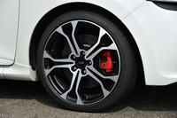 アルミホイールのサイズは18インチ。テスト車には、ミシュランの高性能タイヤ「パイロットスーパースポーツ」が組み合わされていた。