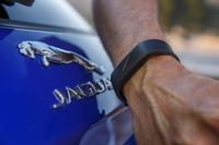 """「Fペース」には、耐水・耐衝撃性のリストバンド型電子キーが用意される。テールゲートにあるJAGUARロゴの""""J""""に接触させることで、車両の施錠/開錠ができる。"""