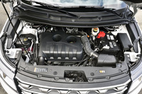 261psと42.8kgmを発生する新しい2.3リッターエコブーストエンジン。従来の2リッターユニット(243ps、37.3kgm)と比較して、燃費は約5%改善されている。