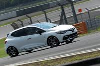F1ドライバーのマックス・フェルスタッペン選手がドライブする「ルノー・ルーテシアR.S.トロフィー」。