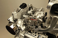 ツインエアエンジンの断面図 「ツインエア」エンジンは、アルファ・ロメオの「ミト」に搭載されたスロットルバルブを使わない電磁油圧式の吸気バルブ開閉システム「マルチエア」テクノロジーを採用。吸気バルブの開閉制御のみで吸気量をコントロールすることで燃料消費を低減する。