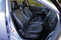 試乗車には革製のパワーシートが奢られた。適度な硬さで座り心地はいいが、助手席側にランバー調整とリフターが備わらないのが残念。