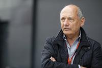 マクラーレンを常勝チーム、そして高級自動車メーカーにまで育て上げたロン・デニス(写真)が、マクラーレン・グループの株式をすべて処分し、6月末に正式にマクラーレンを去った。1980年に同チームに加わってから、37年間で158勝と17ものタイトルをもたらし、ニキ・ラウダ、アラン・プロスト、アイルトン・セナ、ミカ・ハッキネン、ルイス・ハミルトンというチャンピオンを誕生させた、マクラーレンの成功の立役者。近年、ともに強豪チームを築いてきた共同オーナー、マンスール・オジェらと意見が対立し、自らの「帝国」から追い出されるかっこうとなってしまった。F1を象徴する人物が、またひとり姿を消した。(Photo=McLaren)