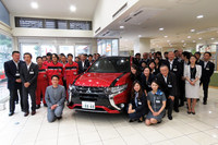 納車式が行われた、関東三菱自動車販売 目黒店のスタッフと野口氏。