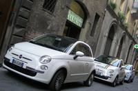 バルツァナ自動車教習所前。ずらりと並んだ「フィアット500」。