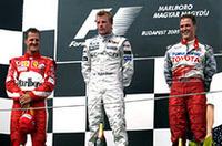 表彰台の面々。ウィナーのライコネン(中央)は顔を上気させ汗を拭いながら勝利に喜び、2位ミハエル・シューマッハー(左)は久々の上出来なレースに満足げ。3位の弟ラルフはトヨタ移籍後初表彰台に顔がほころぶ。(写真=フェラーリ)